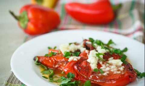 Рецепта за вечеря: Печени чушки с доматен сос