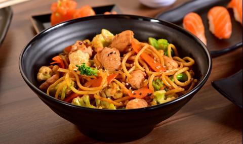 Рецепта за вечеря: Пилешки късчета с хрупкави зеленчуци и спагети