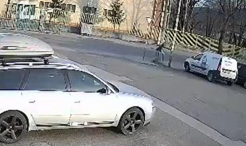 Билборд едва не уби дете в Благоевград