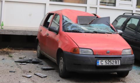 Плоча от сградата на НАП в София се откърти и смачка лек автомобил (СНИМКИ)