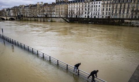 Извънредно положение! Река Сена преля в Париж