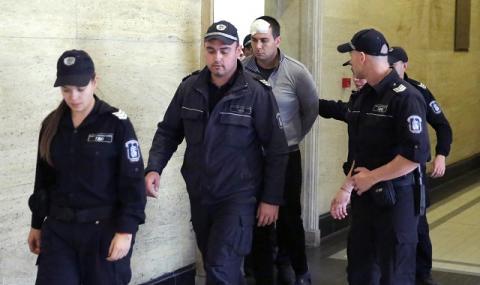 Викторио дойде в съда с пранги на краката