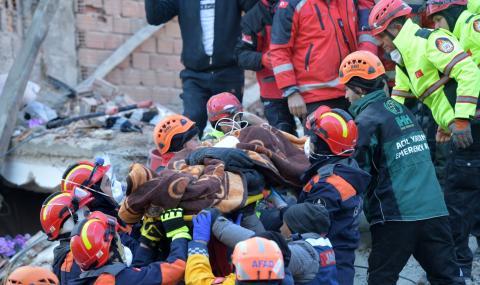 Жена оцеля 17 часа под развалините в Турция