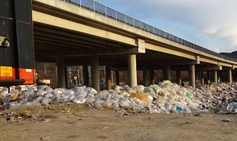 """Ново незаконно сметище под АМ """"Струма"""" край Дупница - този път за животински отпадъци"""