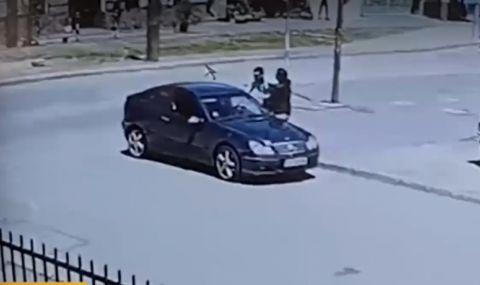Агресия на пътя: Шофьор рита и блъска жена (ВИДЕО)