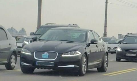 Собственик на Jaguar сложи антивирусна маска на радиатора на автомобила си
