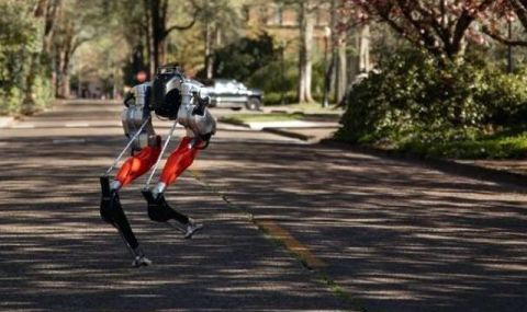 Футуристичният двуног робот Каси постави рекорд с 5 км бягане - 1