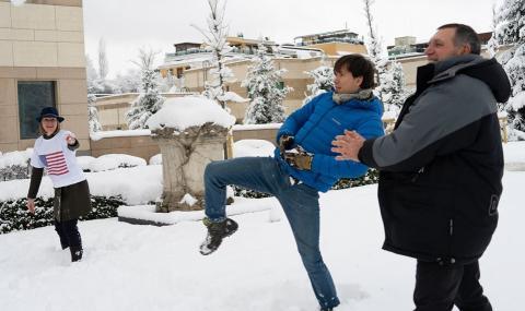 Бой със снежни топки в посолството на САЩ в София
