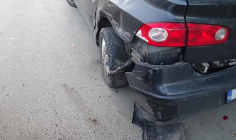 Млада шофьорка заспа на волана и помете паркирани коли