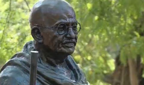 Срам – откраднаха очилата на статуята на Ганди във Варна