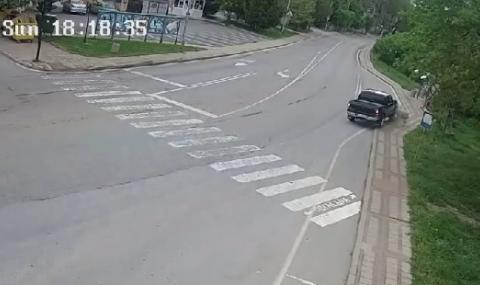 Шофьор с 2.78 промила връхлетя върху спирка в Бяла (ВИДЕО)