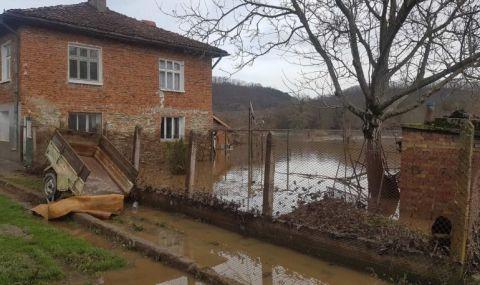 Оглеждат щетите от наводнението в село Кости