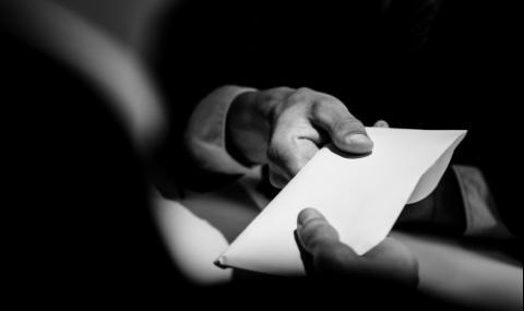 Арестуваха пловдивски данъчен за подкуп