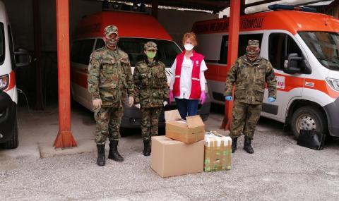 Военни дариха защитни средства на медиците в Смолян