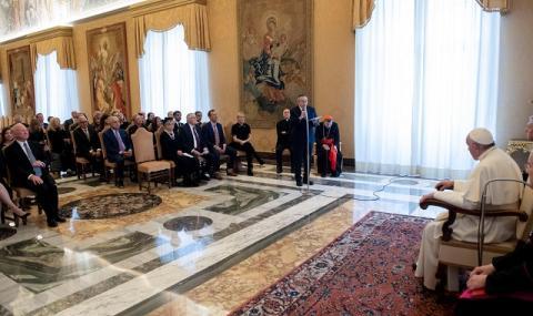 Папата: Приоритет са хората, а не печалбата