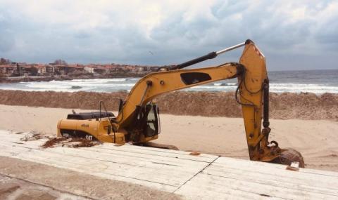 Протест в Созопол: Багер копае на плажа