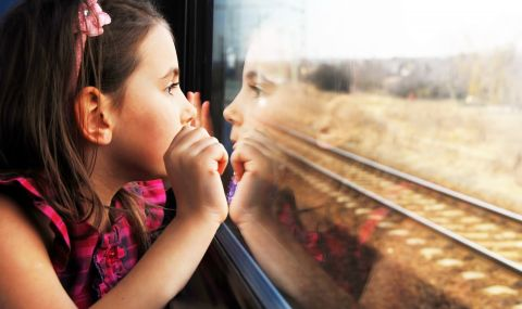 Деца останаха блокирани 9 часа във влак - без храна и вода - 1