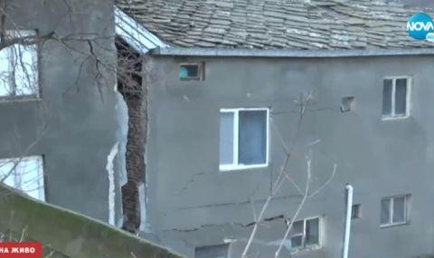 Свлачище разцепи и едва не срути къща в района на Кирково (ВИДЕО)
