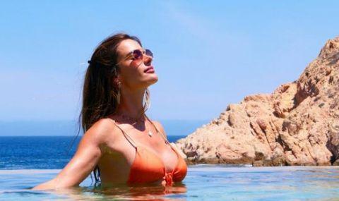 Направила фотосесия с Роналдо и Салах показа сексапилното си тяло на плажа