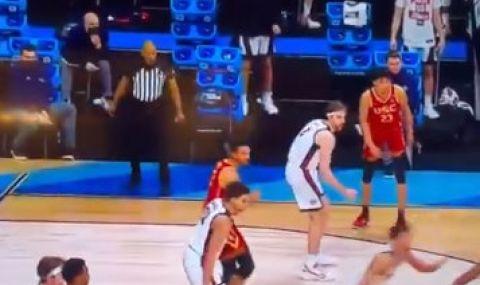 Съдия колабира по време на баскетболен мач (ВИДЕО)
