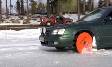 С гигантски триони вместо гуми на замръзнало езеро (ВИДЕО)