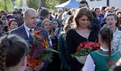 Радев приема почетния караул пред паметника-костница в Дряновския манастир