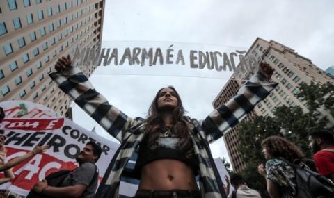 Стотици хиляди на протест в Бразилия