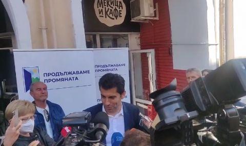 Кирил Петков събира подписи за изборите пред мекичарница - 1
