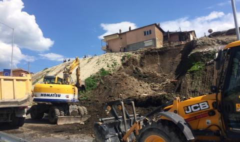Незаконна сграда предизвика свлачище във Варна. Кметът влиза с багери (ВИДЕО) - 1