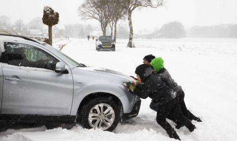 Зимата отново е тук! Снежна буря предизвика хаос в пътния трафик в Нидерландия