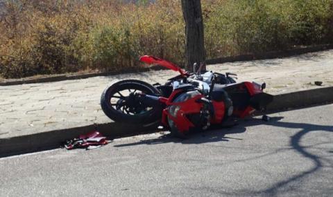 17-годишен моторист без книжка се заби в кола и загина