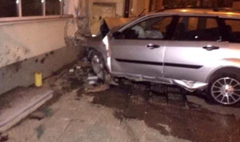 Кола се вряза в къща, шофьорът е загинал