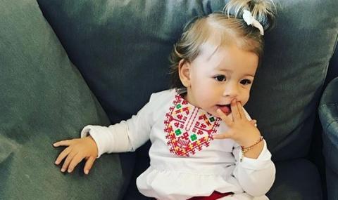 Внучката на Стоичков с българска народна носия в детската градина в САЩ (СНИМКА)