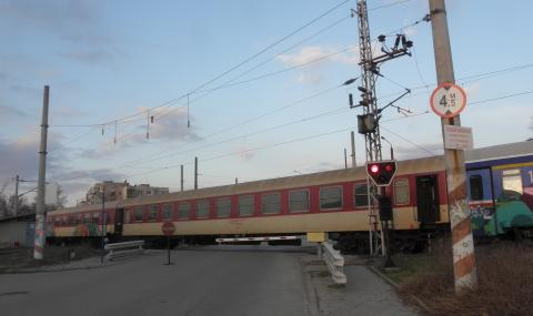 Силистренско: Жена заби колата си в преминаващ влак
