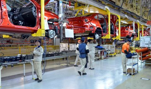 Заводът на VW: Двама се карат, трети печели