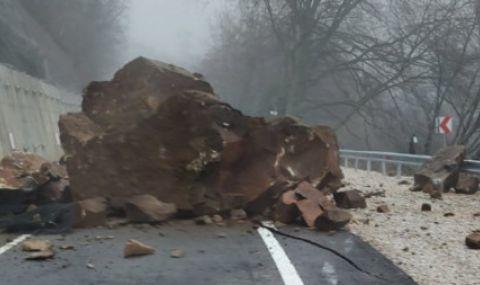 Премахнаха опасна скала, надвиснала над път край Сливен