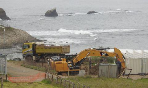 Багер на метри от плажа