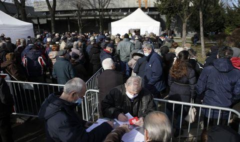 Дълги опашки в Белград! Граждани на столицата чакат с часове да се ваксинират против коронавирус