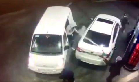 Шофьор се пребори с обирджии с... пистолет за зареждане на гориво (ВИДЕО)