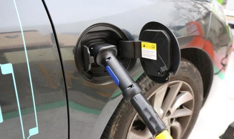 Почти половината от американците вярват, че електромобилите се зареждат с бензин