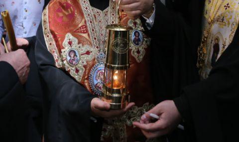 Благодатният огън пристигна в България с правителствения самолет