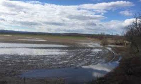 Продължава борбата с наводненията