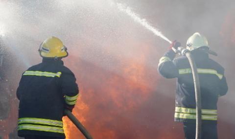 Мъж подпали апартамента си, гонейки духове, евакуираха блока
