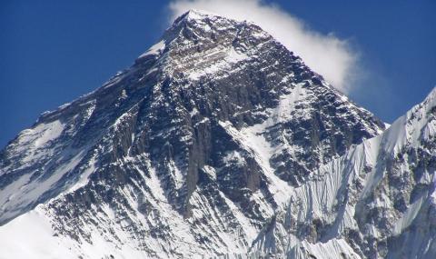 Непал премахна забраната за изкачване на Еверест
