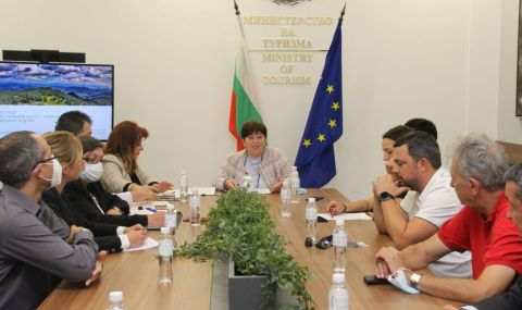 Балтова и туристическият бранш обсъдиха разпределението на средствата за подкрепа на сектора - 1