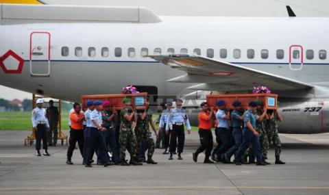 Откриха още трима от самолета на Air Asia - 1