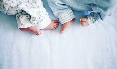 Жена роди близнаци, бащата видя едното и поиска развод