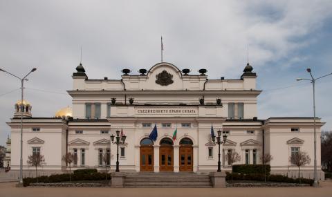 Пир по време на COVID-19: Министри и депутати с по-високи заплати от днес