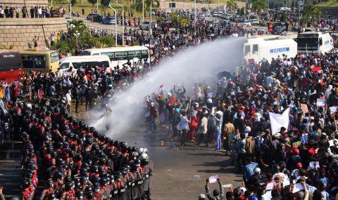 Десетки хиляди протестираха срещу военния преврат