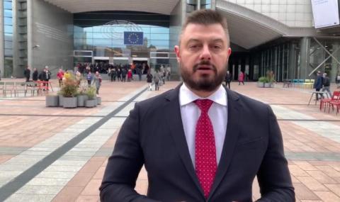 Бареков изригна: Нинова каза, че няма страшно от вируса, а сега е във ВМА и взима легло на нуждаещите се